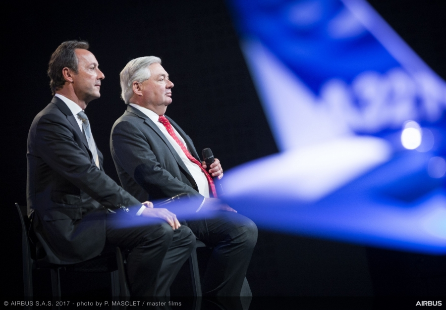 John Leahy (po prawej) i Fabrice Bregier, CEO Airbus Commercial Aircraft.